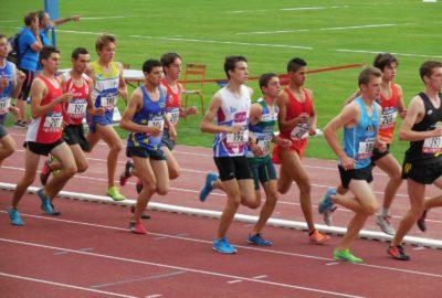 Hugo HAY dans une peloton de coureurs sur piste