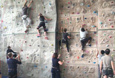 Parents sur un mur artificiel d'escalade