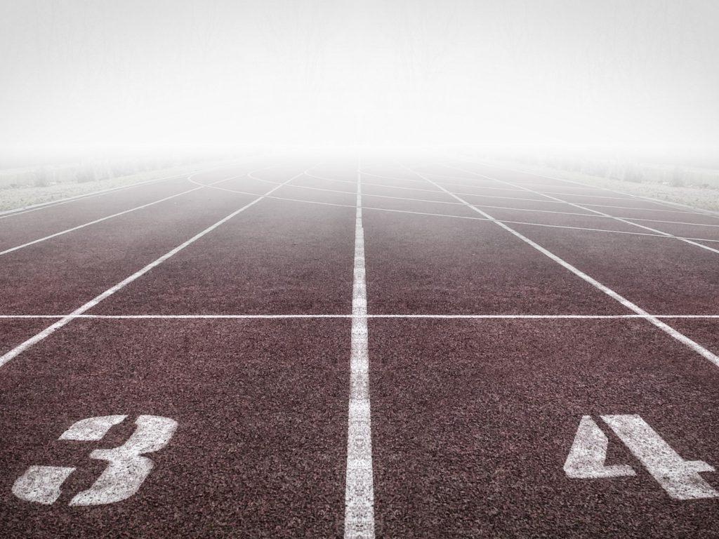 Couloirs 3 et 4 d'une piste d'athlétisme dans la brume