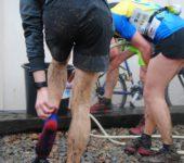 Participants du Trail du Miosson se lavant au jet après l'arrivée