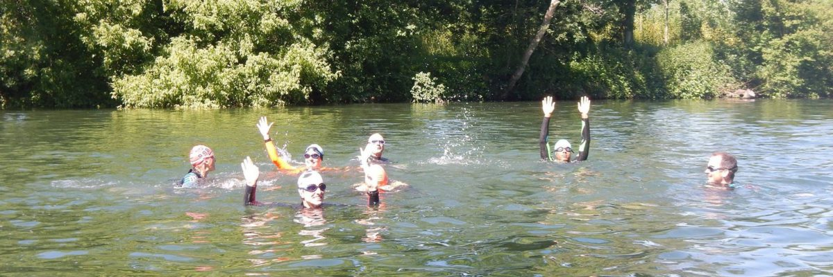Triathlètes dans l'eau en rivière