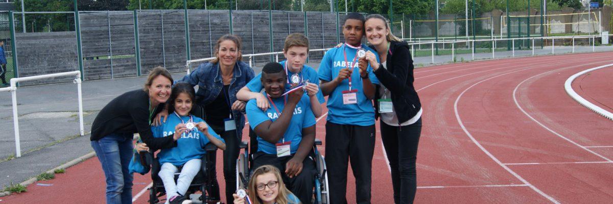 Jeunes collège Rabelais et leurs enseignantes médaillés en Sport Partagé