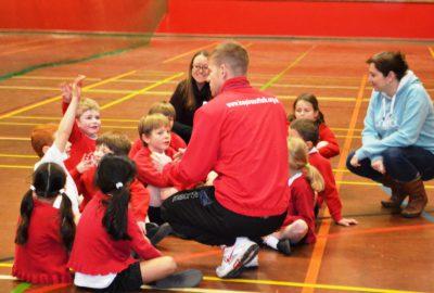 Educateur sportif expliquant aux enfants