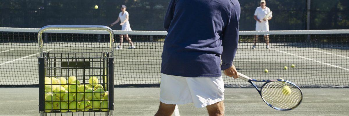 Tennisman de dos avec chariot de balles