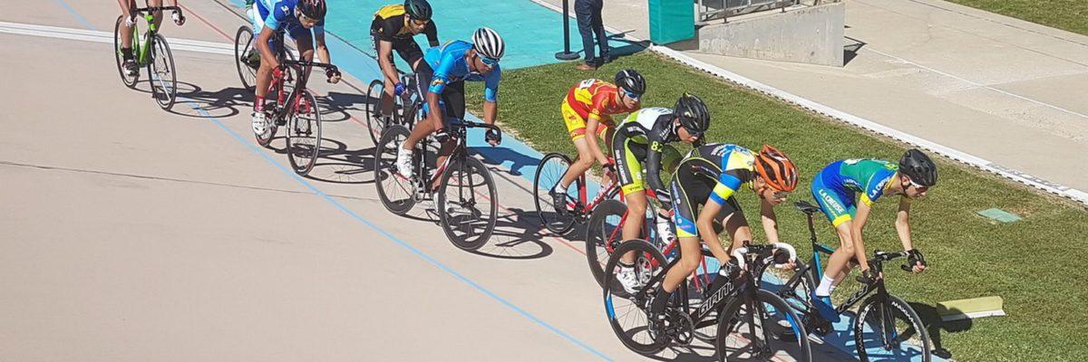 Groupe de cyclistes sur piste